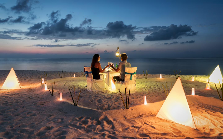 Ein Dinner am Strand auf den Malediven während der Flitterwochen.