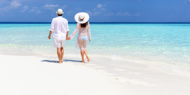 Flitterwochen auf den Malediven an traumhaften Stränden.