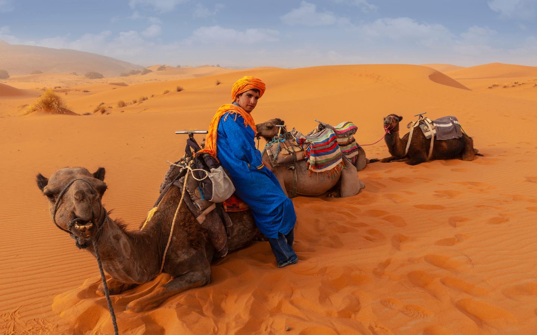 Ein Berber in der marokkanischen Wüste.