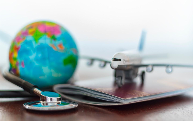 Ein Globus und ein Flugzeug.