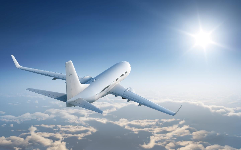Ein Flugzeug auf dem Weg zu einem Urlaubsziel.