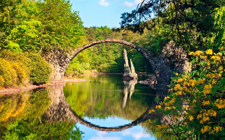Die Rakotzbrücke im sächsischen Kromlau eignet sich optimal für einen Kurzurlaub in Deutschland.