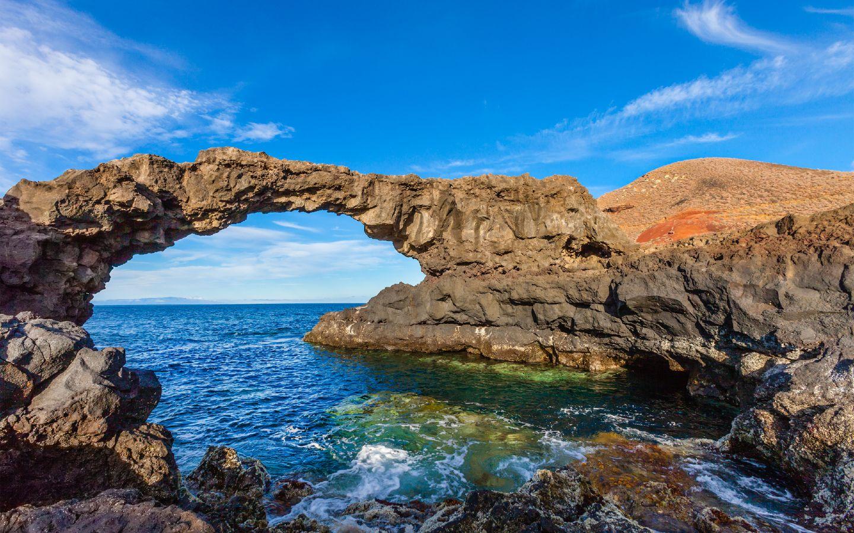 Ein Felstor auf der kanarischen Insel El Hierro.