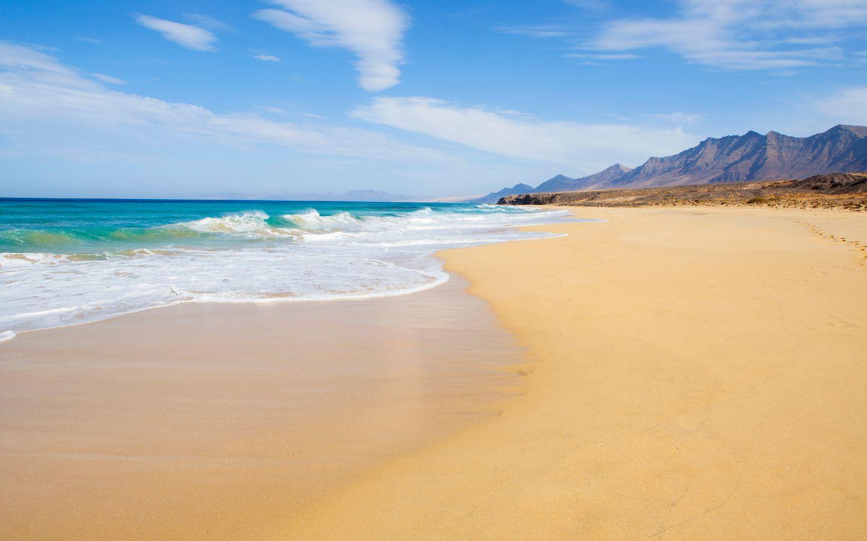Ein Sandstrand auf der kanarischen Insel Fuerteventura.
