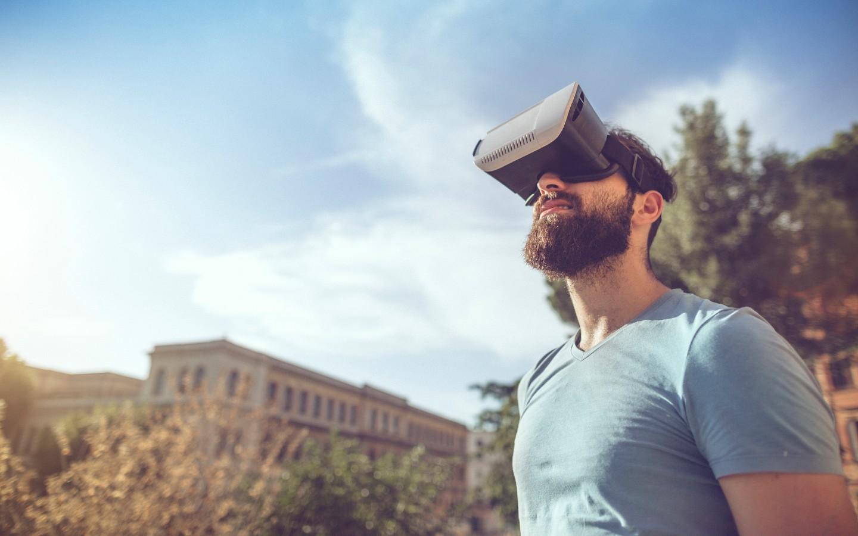 Ein Mann mit einer VR-Brille auf einer virtuellen Reise.