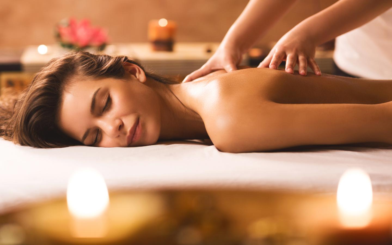 Eine Frau bei einer Massage.