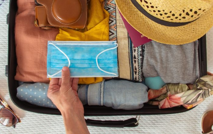 Ein Reisekoffer für den Urlaub in Corona-Zeiten.
