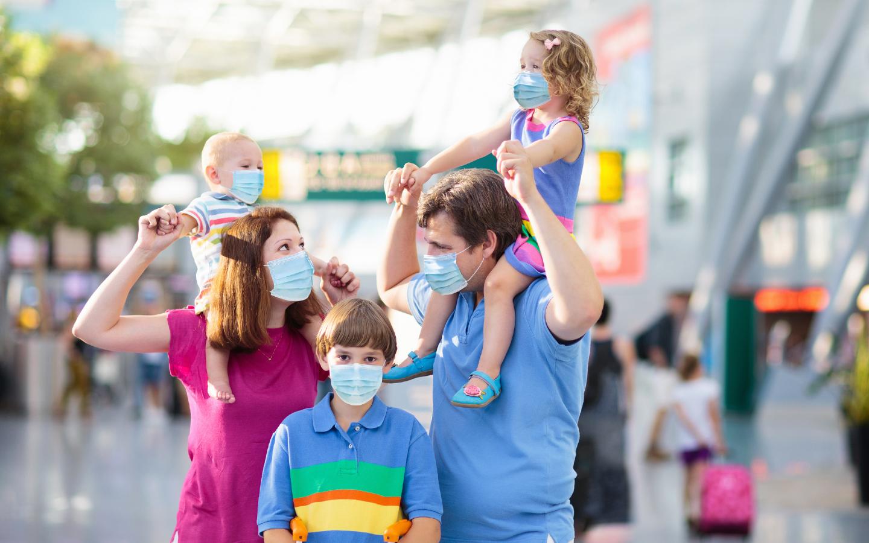 Eine Familie am Flughafen in Corona-Zeiten.
