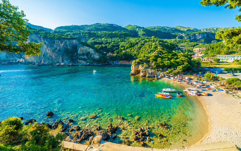 Ein Strand in Paleokastritsa auf der Insel Korfu.