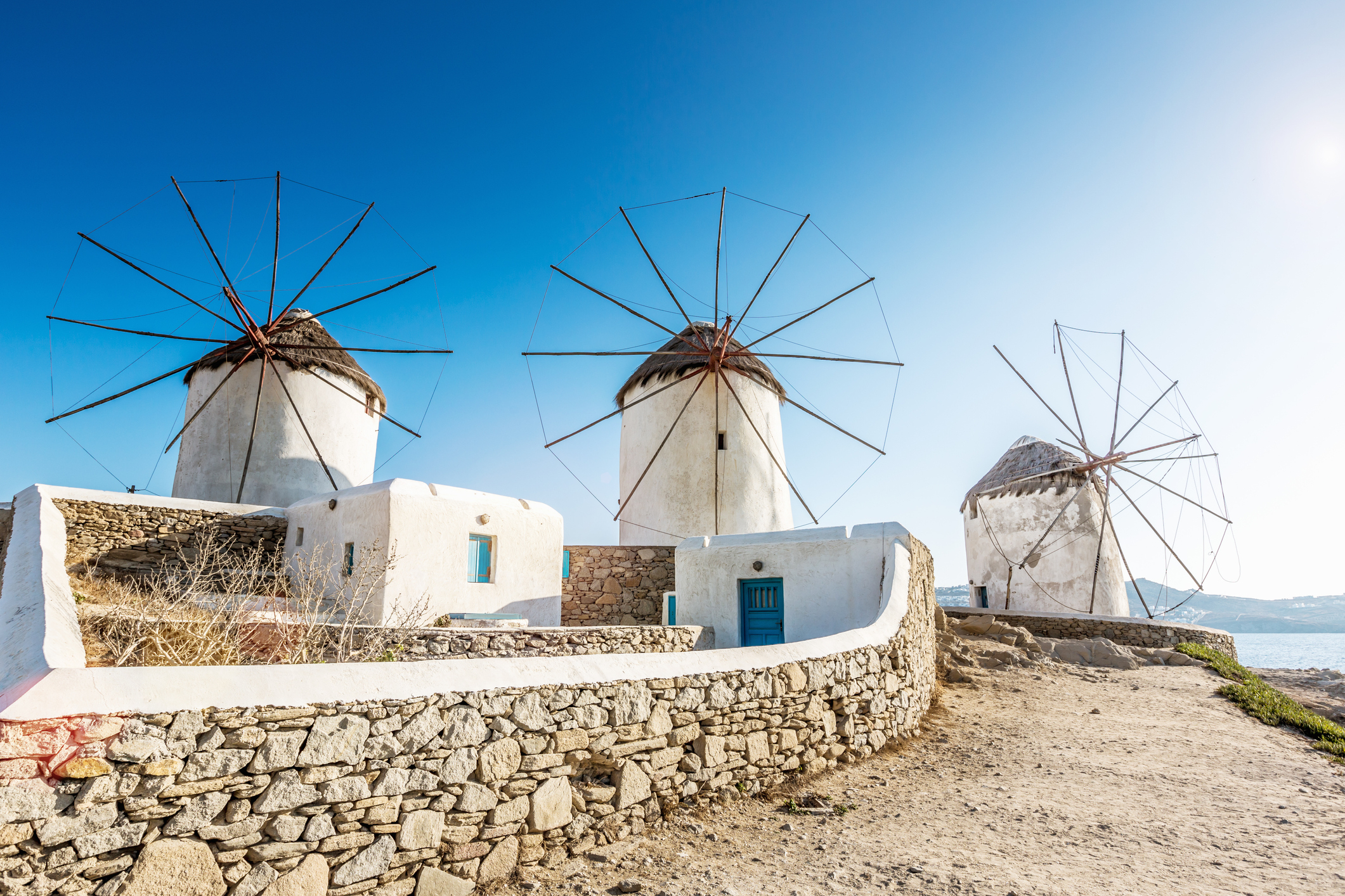Die fünf weißen Windmühlen Kato Mili sind das Wahrzeichen der Insel Mykonos.