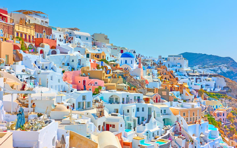Das Küstendorf Oia auf der griechischen Insel Santorini.
