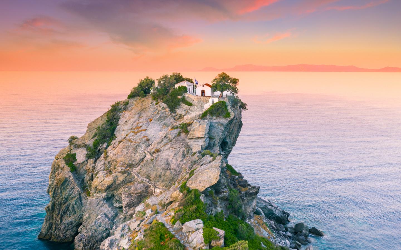 Ein Felsen mit Häusern in der Ägäis auf der Inselgruppe der Sporaden.