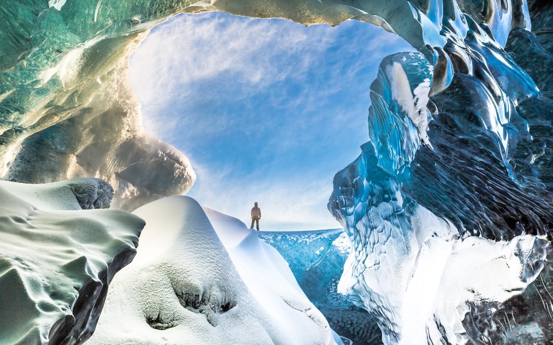 Ein Reisender in den Gletscher Islands auf Island.