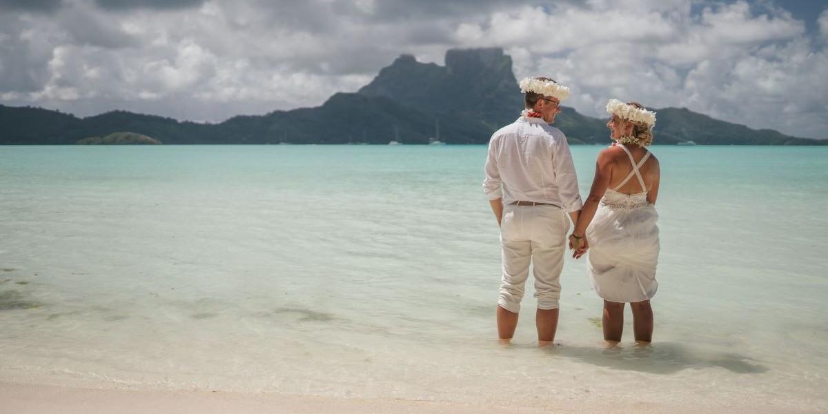 Ein Ehepaar beim Heiraten im Ausland auf der Insel Bora Bora.