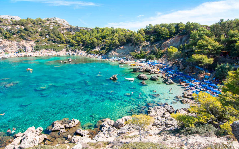 Die Anthony Quinn Bay auf der Insel Rhodos besitzt einen der schönsten Strände Griechenlands.
