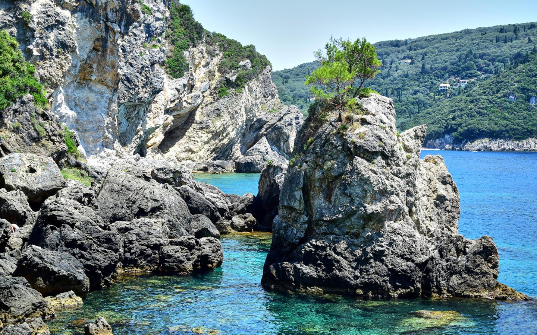 Die Felsenbucht La Grotta Beach im Ferienort Paleokastritsa auf Korfu.