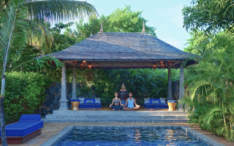 Eine Frau und ein Mann machen Yoga im Maradiva Villas Resort & Spa.