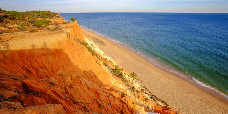 Der Falesia Beach in Portugal gehört zu den schönsten Stränden Europas.