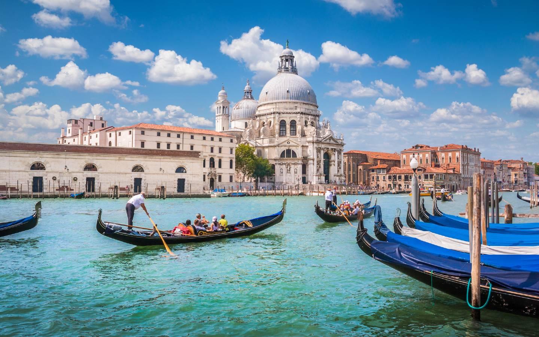 Blick auf eine Lagune mit Gondel in Venedig, wo 2021 eine Touristensteuer eingeführt wird.