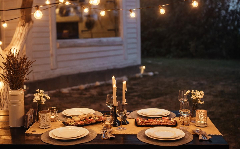 Ein Abendessen im Garten im Boho-Stil.