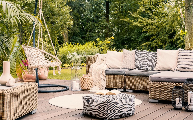 Urlaubsfeeling auf einer Terrasse im Boho-Stil.