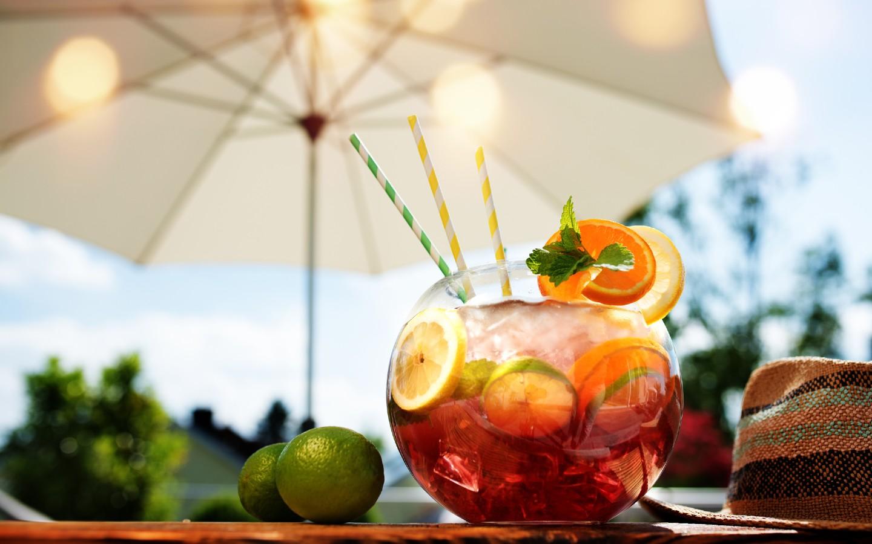 Ein fruchtiger Cocktail im Garten.