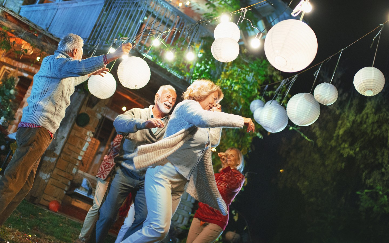 Menschen beim Tanzen und Lampions als Dekoration.