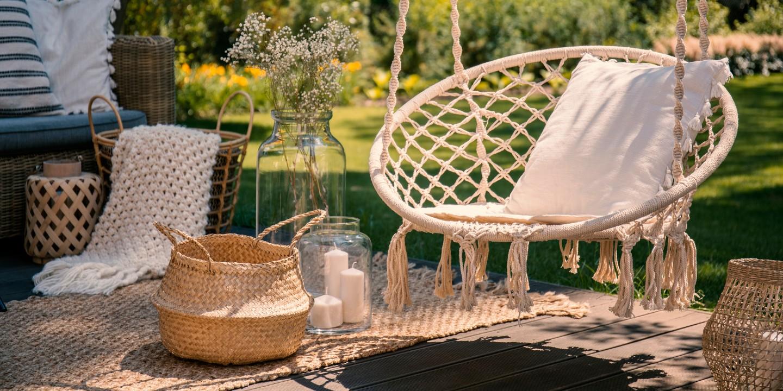 Urlaubsfeeling zu Hause kann man auch schaffen durch einen schönen Garten im Boho-Stil.