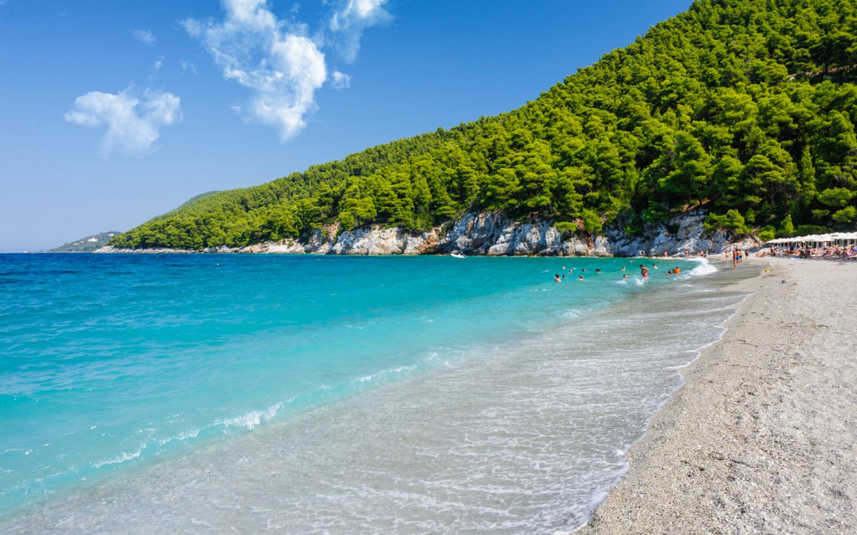 Der Strand Kastani Beach auf der Insel Skopelos war ein Drehort für den Film Mamma Mia.