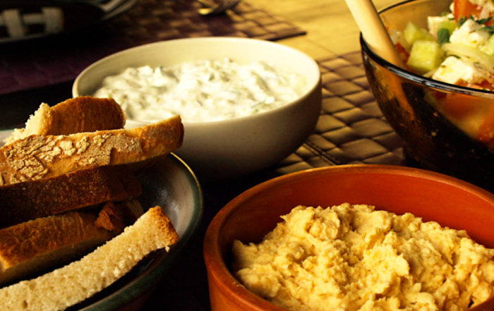 Die traditionelle griechische Vorspeise Fava mit Fladenbrot gehört zum Essen in Griechenland.