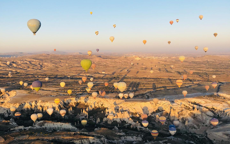 Die bekannten Heißluftballons in der türkischen Region Kappadokien.
