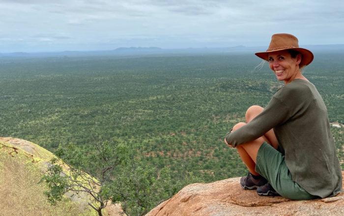 Die Aussteigerin Waltraud Hable auf einem Felsen in Südafrika.