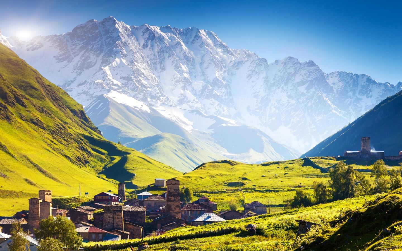 Der Kaukasus in Georgien ist auch ein Reiseziel für Geimpfte.