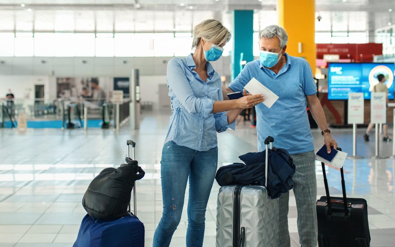 Ein Paar auf dem Weg in ein Reiseziel für Geimpfte.