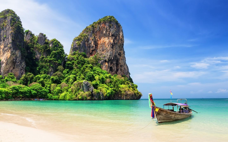 Ein Boot am Strand auf der Insel Phuket in Thailand.