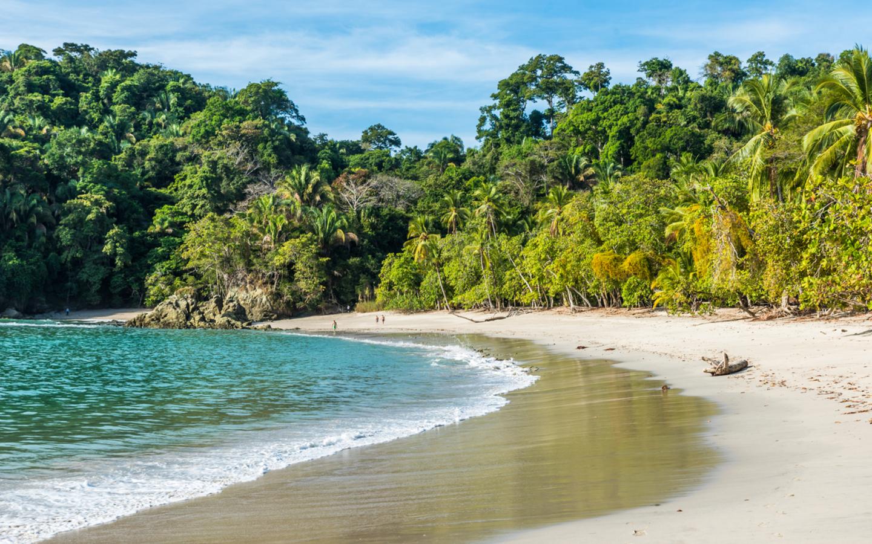 Der naturbelassene Strand im Manuel Antonio Nationalpark in Costa Rica.