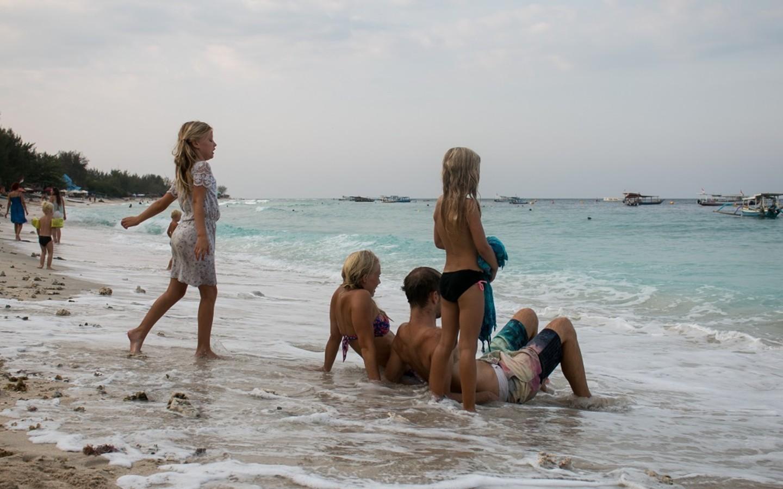 Die Familie am Strand in Thailand mit ihren Kindern auf ihrer Weltreise.
