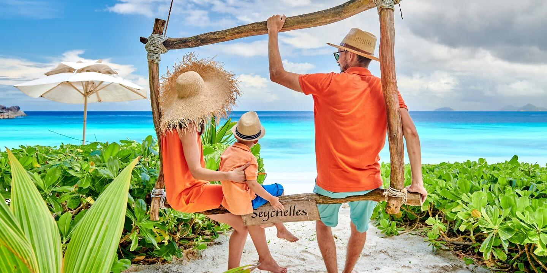 Eine Familie während ihres Urlaubs auf den Seychellen mit Kindern.