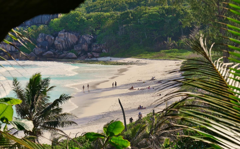Der Strand Grand Anse auf der Insel La Digue auf den Seychellen.