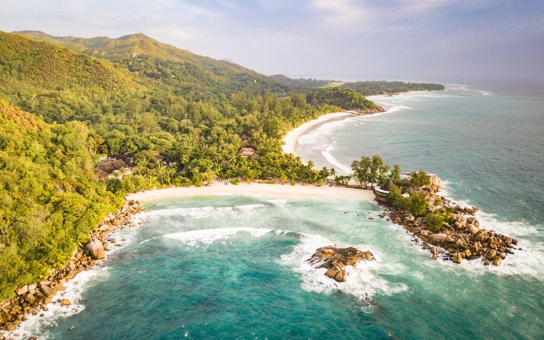 Der Familien-Strand Petite Anse Kerlan am Constance Lémuria Resort auf den Seychellen.