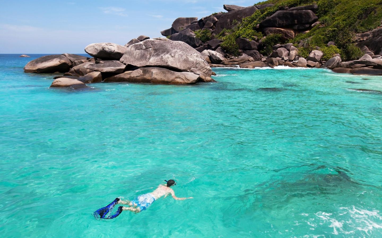 Eine Person beim Schnorcheln auf den Seychellen.