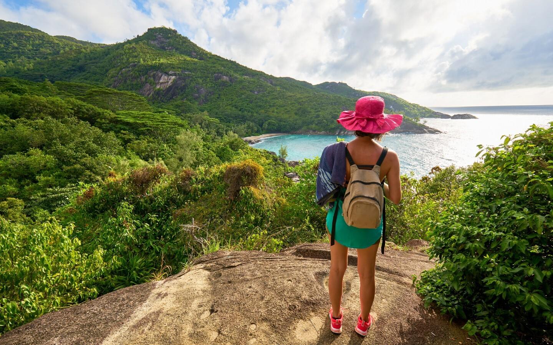 Ein Kind auf einem Seychellen Familienurlaub beim Wandern.