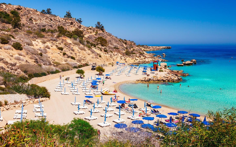 Der Nissi Beach in dem Ferienort Ayia Napa auf der Insel Zypern.