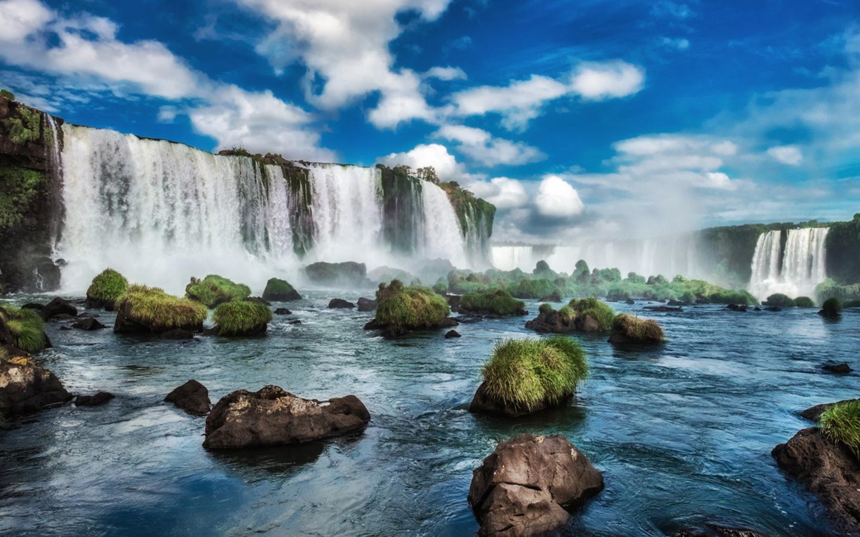 Die Iguazú-Wasserfälle im Grenzgebiet von Argentinien und Brasilien gehören auch zu den UNESCO-Welterbestätten.