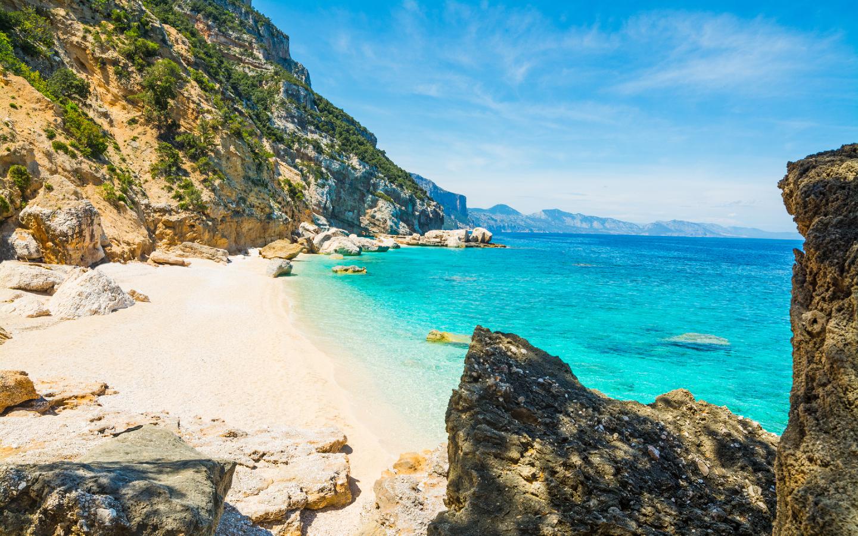 Der Strand von Cala Mariolu auf der italienischen Insel Sardinien.