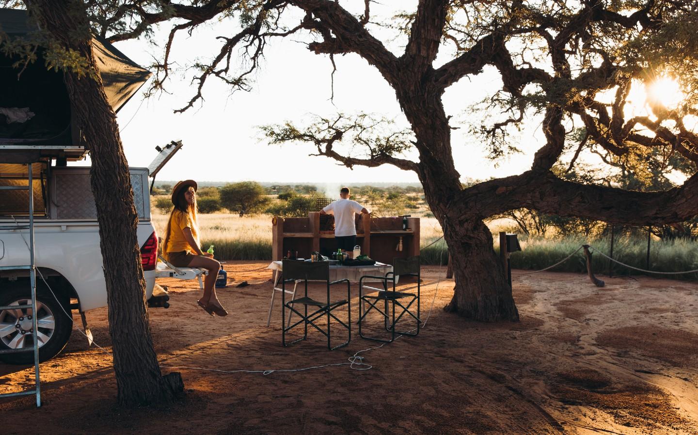 Eine Familie beim Camping während Ihres Urlaubs in Namibia.