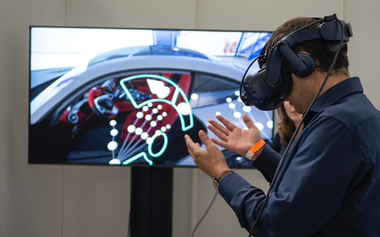 Ein Mann auf einer Expo mit einer Virtual Reality Brille wie es sie auch auf der Expo 2020 in Dubai geben wird.