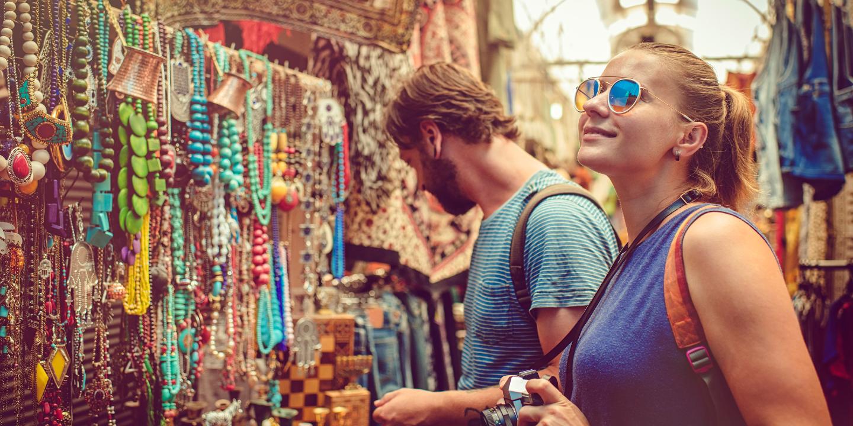 Touristen beim Souvenirkauf während des Urlaubs.