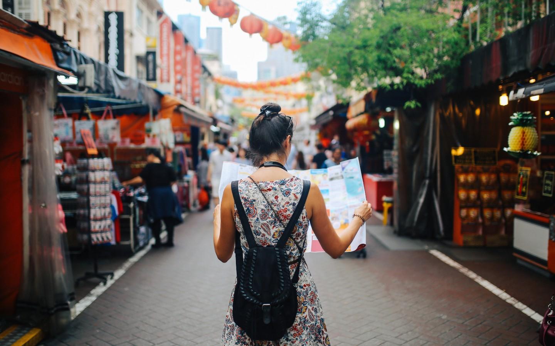 Eine Frau auf einer Individualreise in Asien.