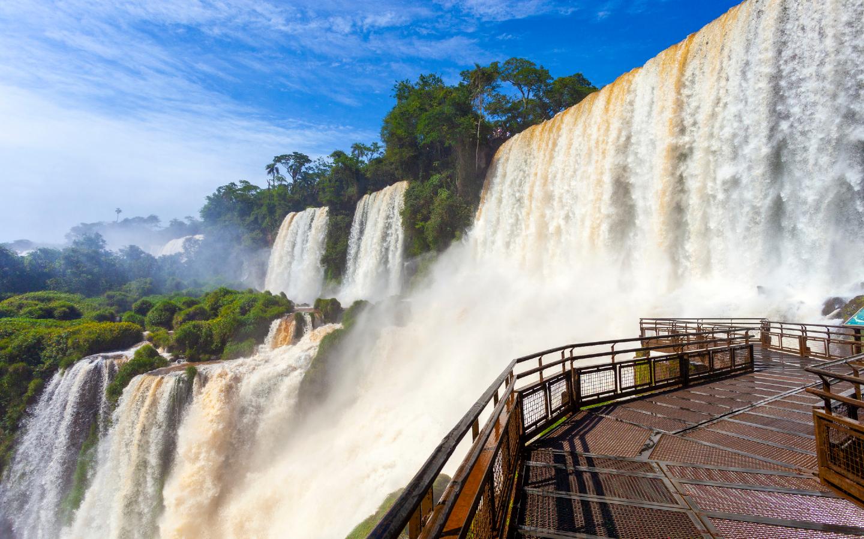 Die Iguazú-Wasserfälle an der Grenze zwischen Brasilien und Argentinien gehören zu den bekanntesten Wasserfällen der Welt.